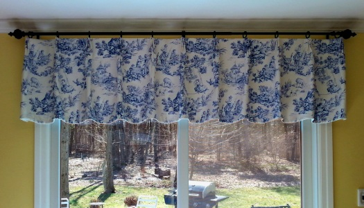 Pinch pleat valance with scalloped edge